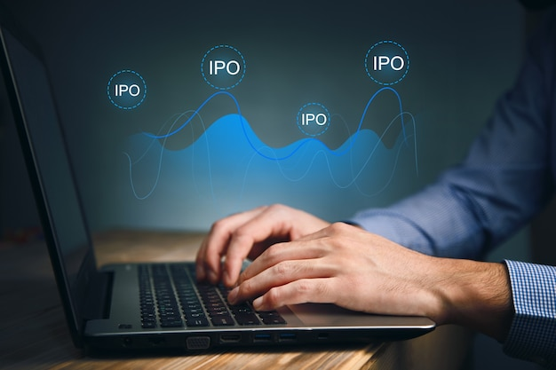 ラップトップ技術のオンラインipoで働くオフィスのビジネスマン