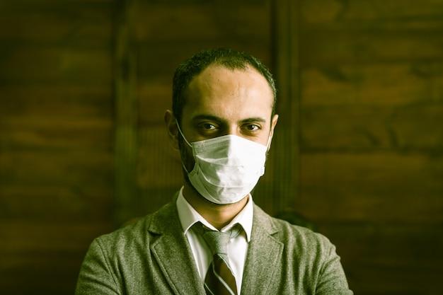Бизнесмен в защитной маске во время карантина
