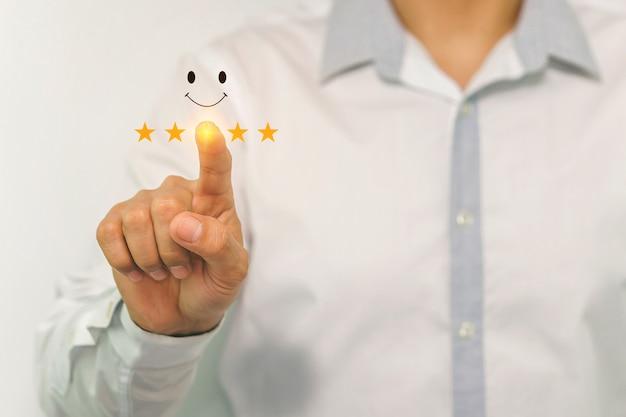 Бизнесмен в рубашке, указывая пальцем рейтинг starsconcept о качестве и роскоши