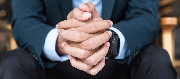 Бизнесмен в костюме в офисе или кафе, рука человека, держащего во время чего-то мышления. бизнес, решения и концепции видения