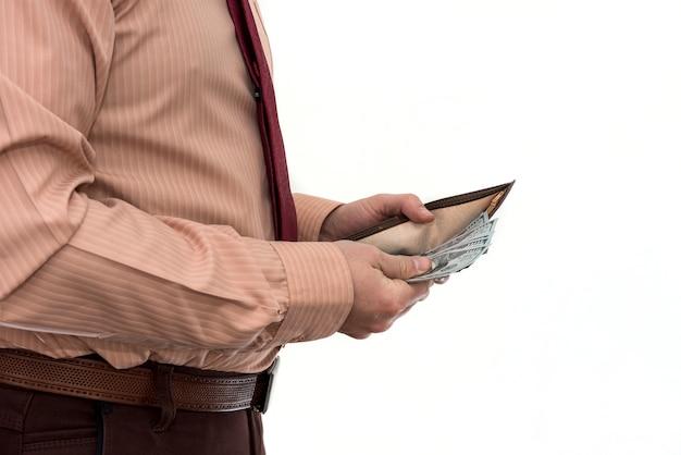 スーツを着たビジネスマンは、孤立した財布から私たちにお金を得る