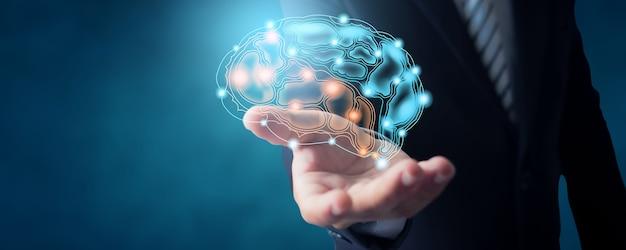 두뇌 연결 아이콘이 활성화된 정장을 입은 사업가와 일하고 개념을 계획하는 아이디어