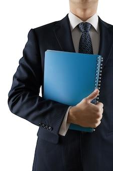 Бизнесмен в костюме, держащем папку, изолированную на белом