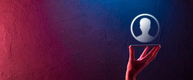 사용자의 손 아이콘을 들고 소송에서 사업가입니다. 인터넷 아이콘 인터페이스 전경. 글로벌 네트워크 미디어 개념, 가상 화면에 연락, 공간 복사. 네온 배너, 보라색 푸른 빛.