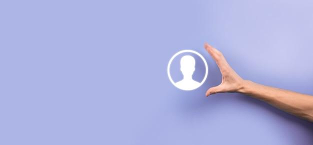 사용자의 손 아이콘을 들고 소송에서 사업가입니다. 인터넷 아이콘 인터페이스 전경. 글로벌 네트워크 미디어 개념, 가상 화면의 연락처, 복사 공간
