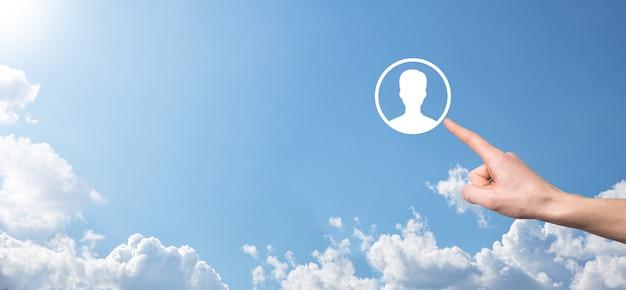 Бизнесмен в костюме, протягивая руку значок пользователя. передний план интерфейса значков интернета. концепция глобальных сетевых средств массовой информации, контакт на виртуальных экранах, копировальное пространство