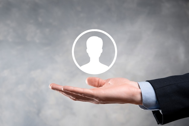 Бизнесмен в костюме, протягивая руку значок пользователя. передний план интерфейса значков интернета.