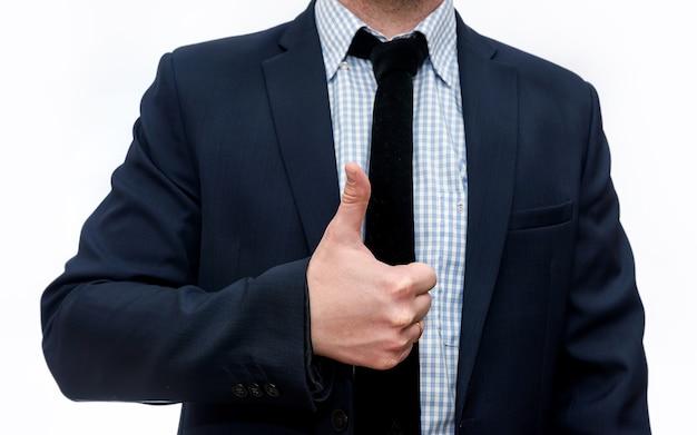 Бизнесмен в костюме недурно изолирован