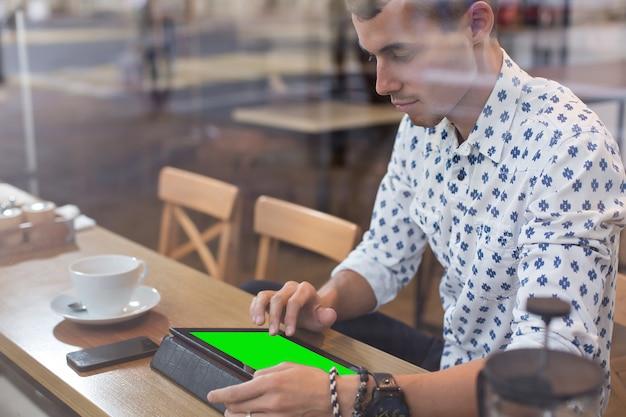 Бизнесмен в кафе Premium Фотографии