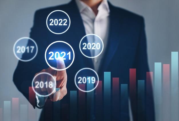 Бизнесмен, указывающий год между предыдущими годами