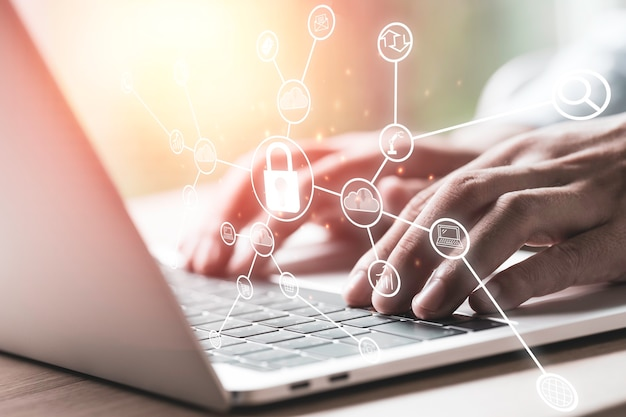 사업가 노트북 컴퓨터에 액세스하기 위해 보안 암호를 입력했습니다. 보안 및 기술 개념.