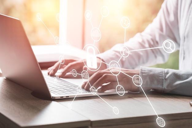 Бизнесмен вводит пароль безопасности для доступа к портативному компьютеру. концепция безопасности и технологий.