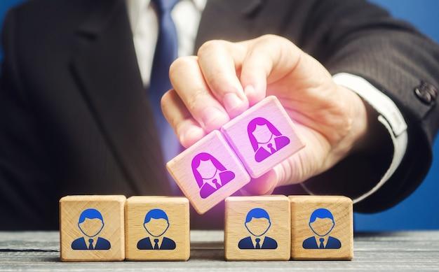 ビジネスマンは女性従業員を男性チームスタッフに統合しますジェンダー平等