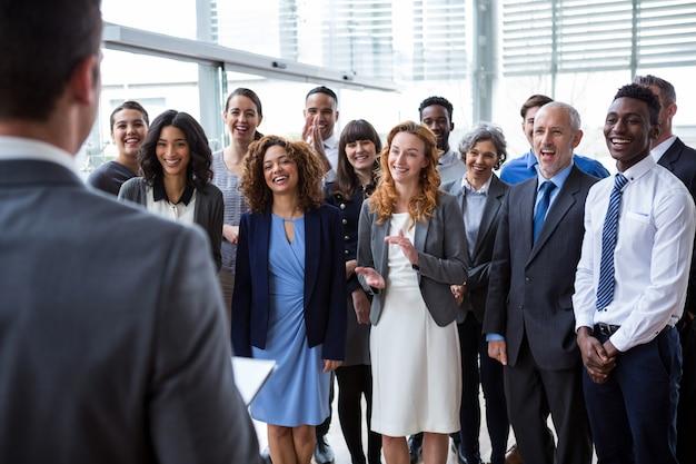 Бизнесмен общается с коллегами