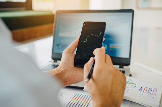 Бизнесмен инвестировать биткойн цена цифровой диаграммы биржевой рынок концепция криптовалюты