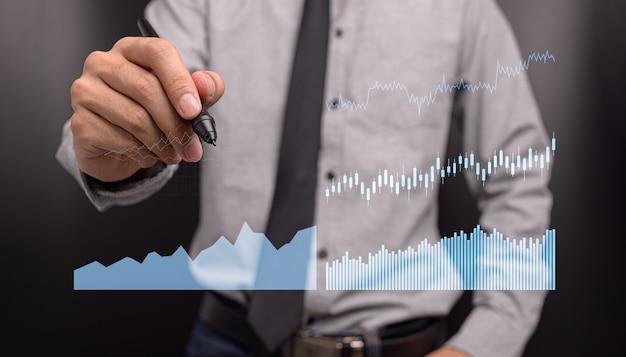 Бизнесмен, инвестирующий в акции, показывает голограмму, график роста бизнеса, иллюстрацию