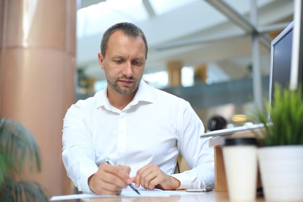 Бизнесмен глубоко просматривает финансовый отчет на предмет рентабельности инвестиций или анализа инвестиционных рисков.