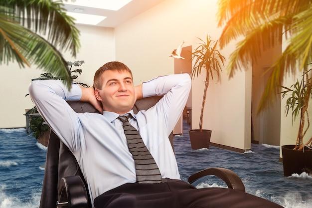 Бизнесмен мечтает об отдыхе в своем офисе