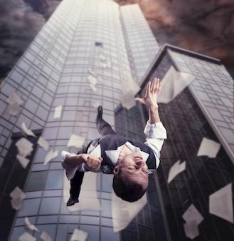 사업가가 고층 사무실 건물에서 떨어지고 있다