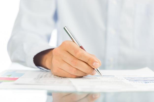 사업가가 계약, 비즈니스 계약 세부 사항에 서명하고 있습니다.