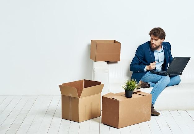 ビジネスマンがソファに座っている