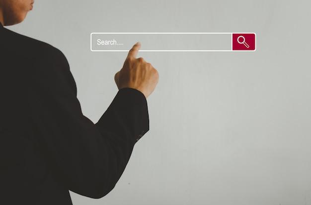 Бизнесмен трогает поиск на виртуальном экране. концепция поисковой информационной сети с копией пространства. страница поиска в интернете сенсорный экран компьютера.