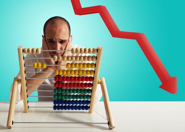 Бизнесмен обеспокоен экономическим спадом и кризисом