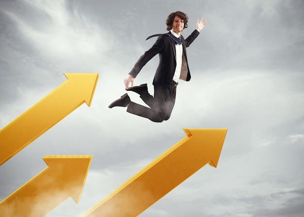 ビジネスマンは空の大きな矢にジャンプします