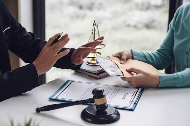 ビジネスマンの弁護士は、オフィスでクライアントからの賄賂を拒否し、受け入れます。