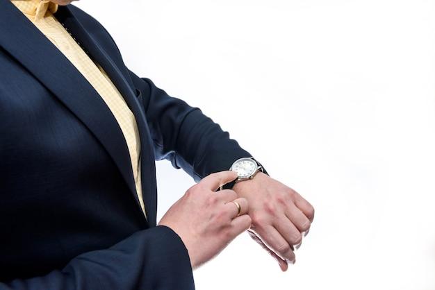 孤立した彼の手で時計を見ているビジネスマン