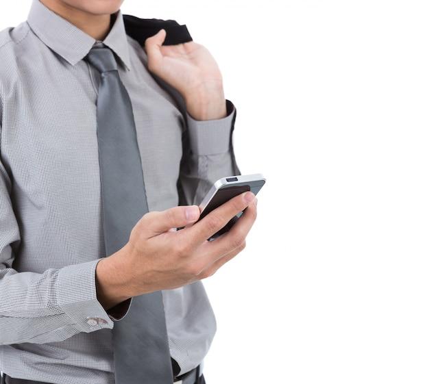 ビジネスマン、彼の携帯電話を見て