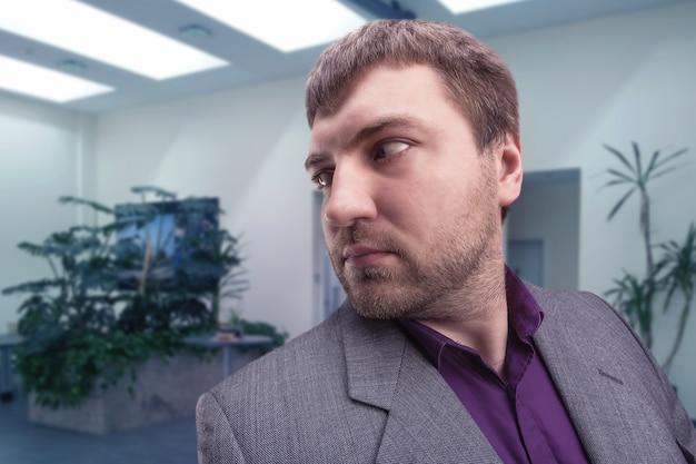自分の後ろを見ているビジネスマン