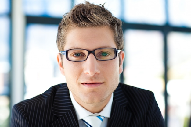 Businessman looking to the camera wearing glasses
