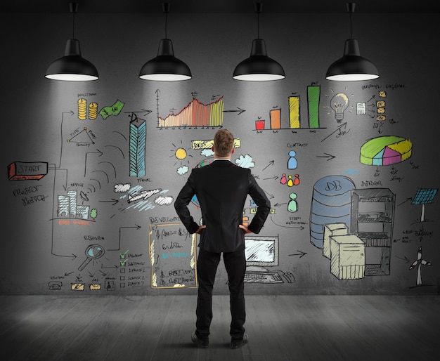 Бизнесмен ищет графику, нарисованную на стене