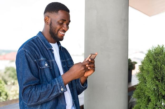 スマートフォンで見ている実業家