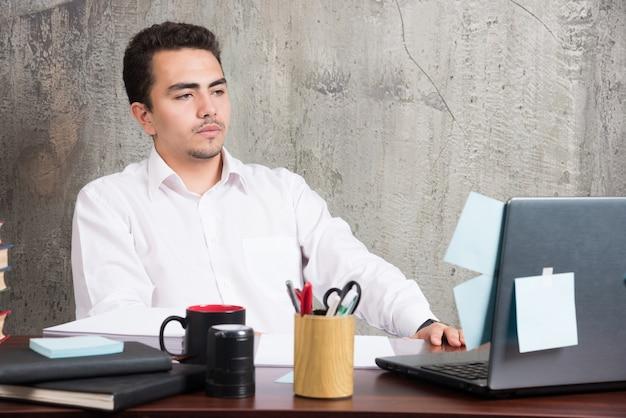 사업가 사무실 책상에서 작업 서류를 찾고.