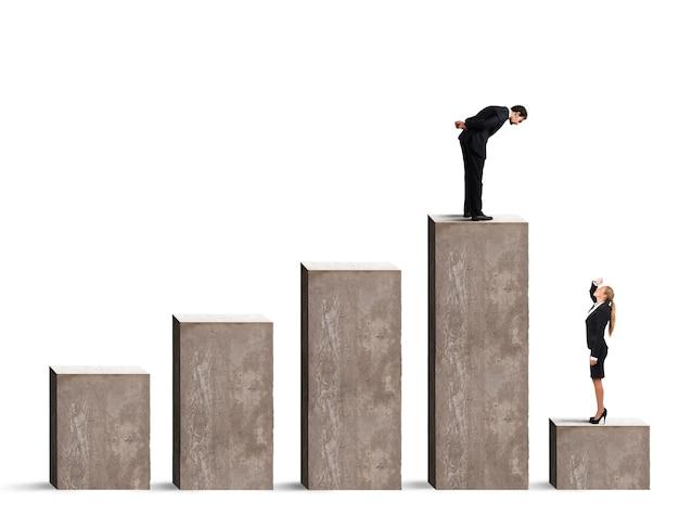 Бизнесмен смотрит на бизнес-леди на самой низкой ступени статистической