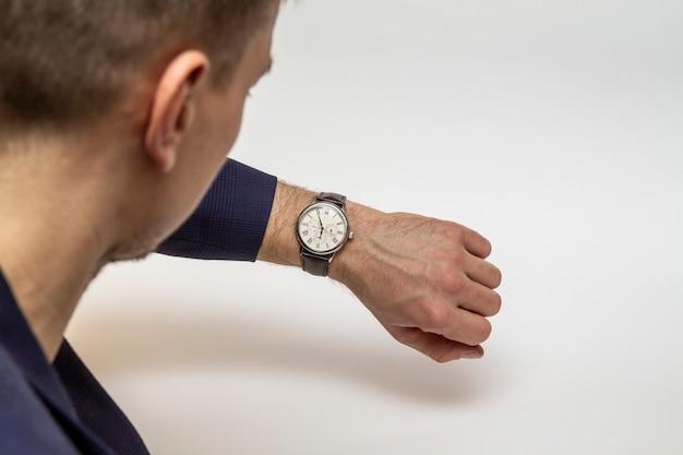 사업가는 시계를 보고, 손으로 시계를 보고, 시간 돈을 본다