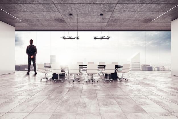 ビジネスマンは会議室からの眺めを見る