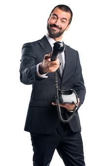 Uomo d'affari che fa il gesto del telefono