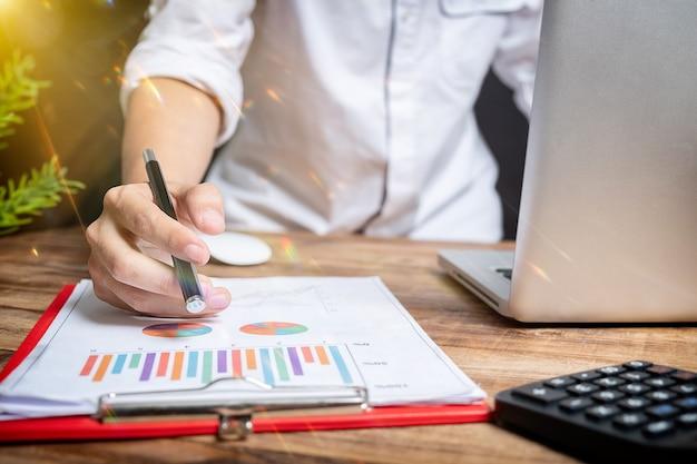 프레젠테이션을 하는 사업가, 사무실에서 비즈니스 태블릿 디지털 컴퓨터를 개념으로, 회의 개념을 따뜻한 색상의 태양빛으로 만듭니다.