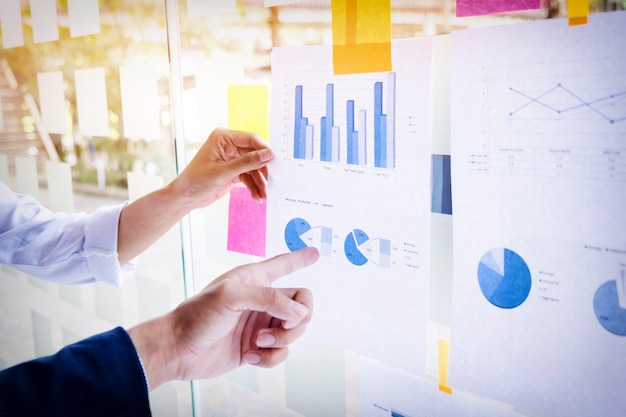 그의 동료 및 비즈니스 전략 개념으로 사무실에서 디지털 레이어 효과와 프레 젠 테이 션을 만드는 사업가.