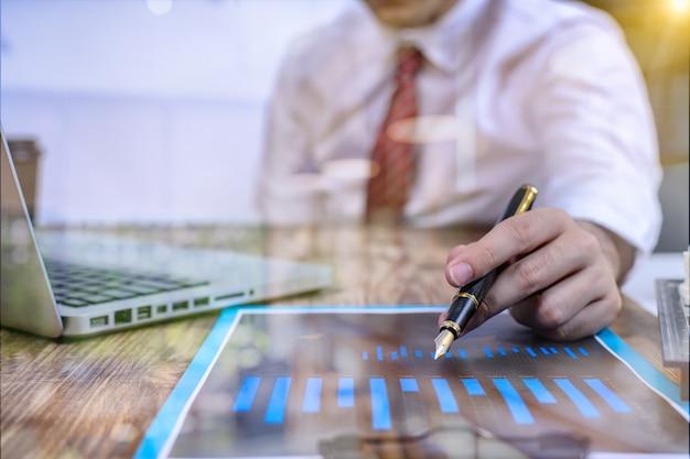 개념으로 사무실에서 프레젠테이션 비즈니스 태블릿 디지털 컴퓨터를 만드는 사업가