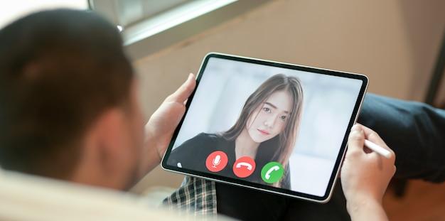 Бизнесмен делает видео звонки со своим другом