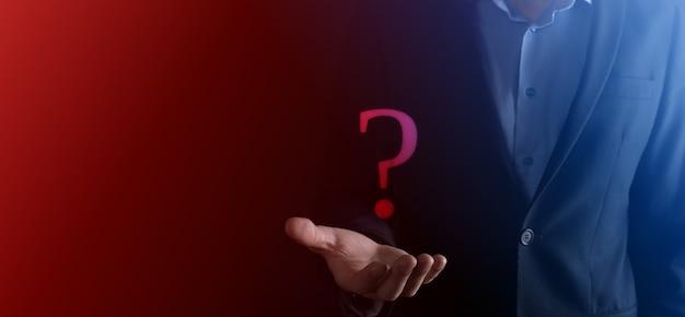 사업가 남자 손 잡고 인터페이스 물음표 기호 웹. 온라인으로 질문, faq 개념, 무엇을 언제 어디서 어떻게, 인터넷에서 정보를 검색하십시오.