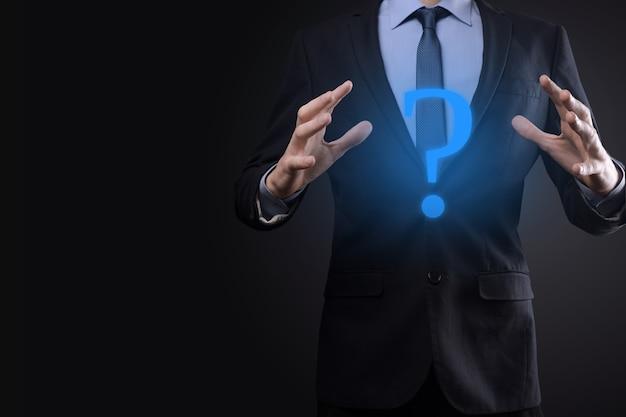 사업가 남자 손 잡고 인터페이스 물음표 기호 웹. 온라인 중지, faq 개념, 언제 어디서 어떻게, 왜 인터넷에서 정보를 검색하는지 물어보십시오.