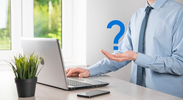 사업가 남자 손 잡고 인터페이스 물음표 기호 웹. 온라인 질문, faq 개념, 무엇을 언제 어디서 어떻게, 인터넷에서 정보를 검색하십시오.