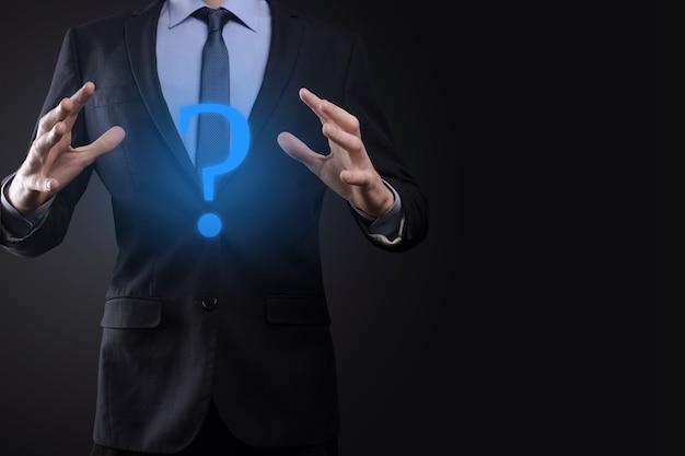 사업가 남자 손 잡고 인터페이스 물음표 기호 웹. 온라인으로 질문하기, faq 개념, 무엇을 언제 어디서 어떻게, 왜 인터넷에서 정보 검색