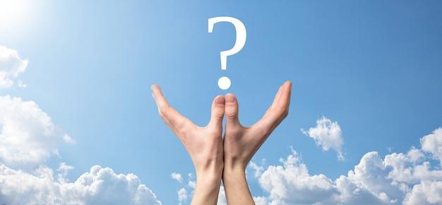 사업가 남자 손 잡고 인터페이스 물음표 기호 웹. 온라인으로 질문하기, faq 개념