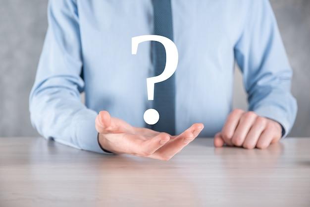 Бизнесмен человек рука держать интерфейс вопросительные знаки знак веб